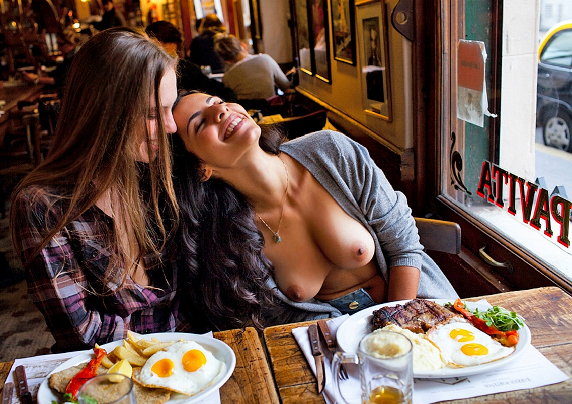 nude-woman-at-restaurant